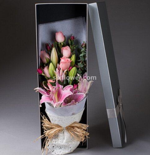 11支玫瑰百合礼盒装/一生只守候你一个百年好合花艺