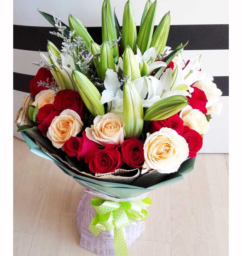 11枝极品香槟玫瑰、22枝极品红玫瑰、6枝多头香水百合,黄莺间插搭配;