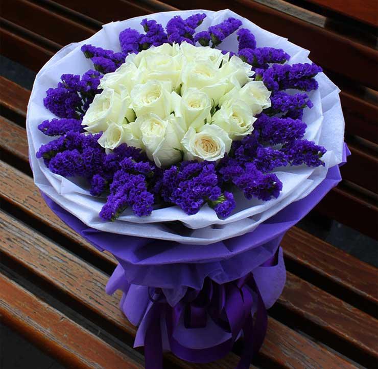 11枝白色玫瑰,勿忘我外围丰满搭配;