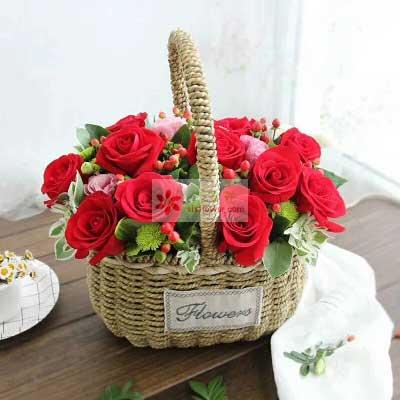 红蔷薇鲜花蛋糕店12朵红玫瑰,3朵粉色桔梗,我更想你