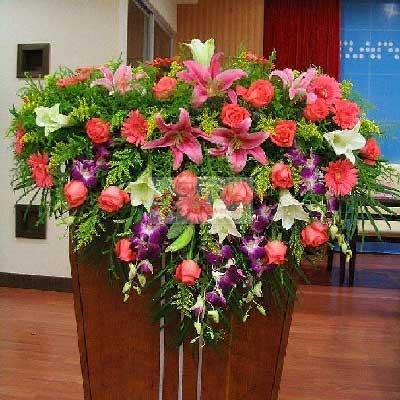开县时光漫步鲜花店演讲台花,16朵粉玫瑰,6朵白百合