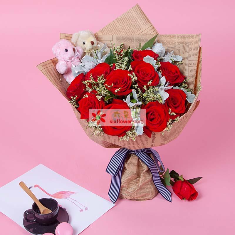 11枝红玫瑰、银叶菊、栀子叶搭配,情人草适量,2只小熊