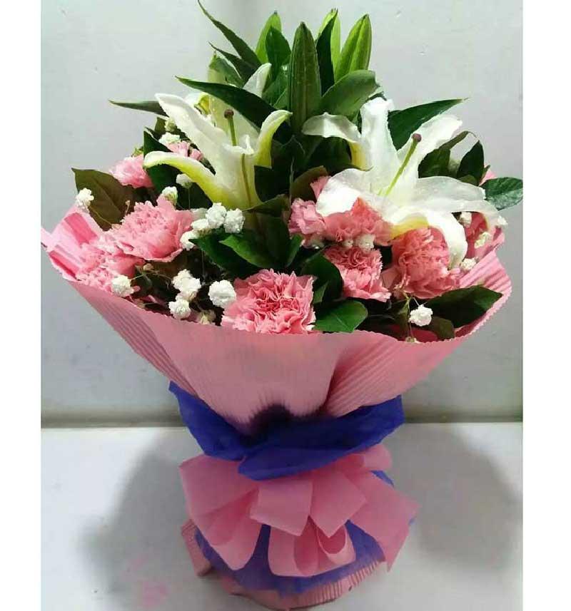19枝粉色康乃馨,3枝多头香水百合,满天星、绿叶丰满