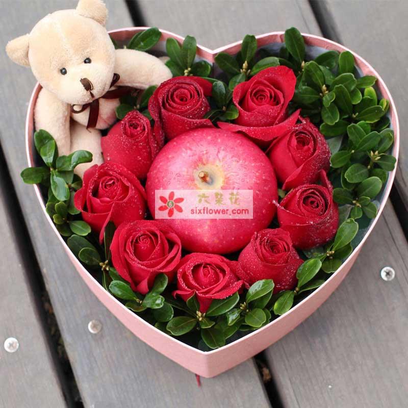 9枝红玫瑰,绿叶搭配。1个苹果1只小熊(以当地实物为准)