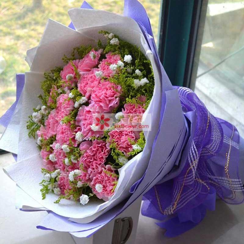 粉色康乃馨19支,满天星、黄莺间插;