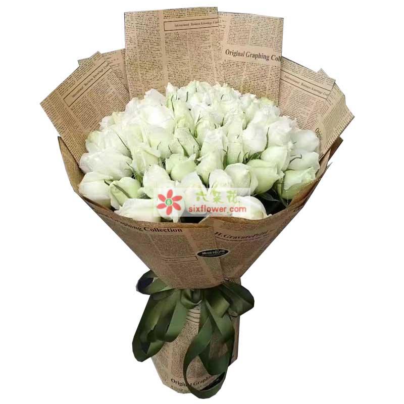 花材:33枝白色玫瑰;   包装:英文报纸包装,绿色丝带结束;   花语:于千