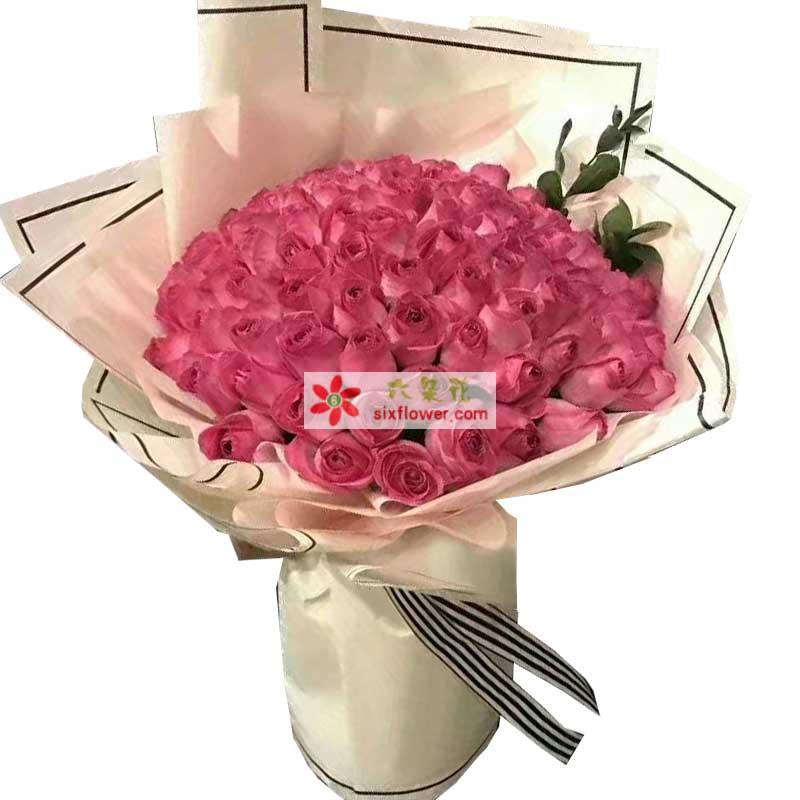 99枝戴安粉色玫瑰,配叶点缀;