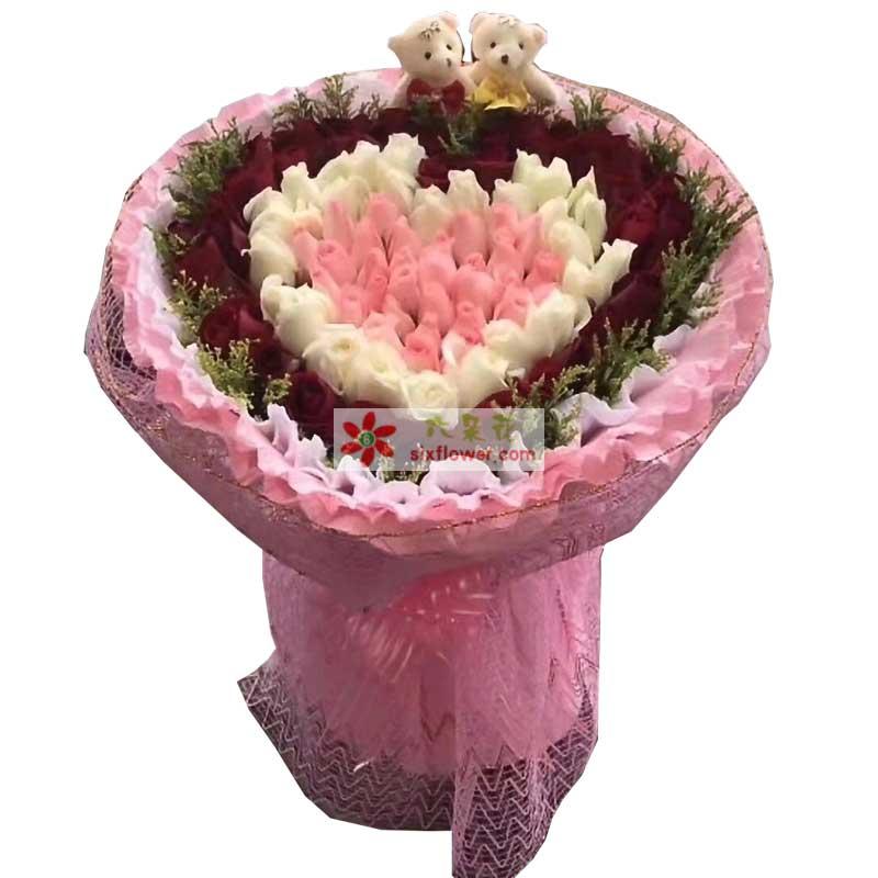39枝红色玫瑰,31枝白色玫瑰,29枝粉色玫瑰,周围黄英点缀,2个小熊