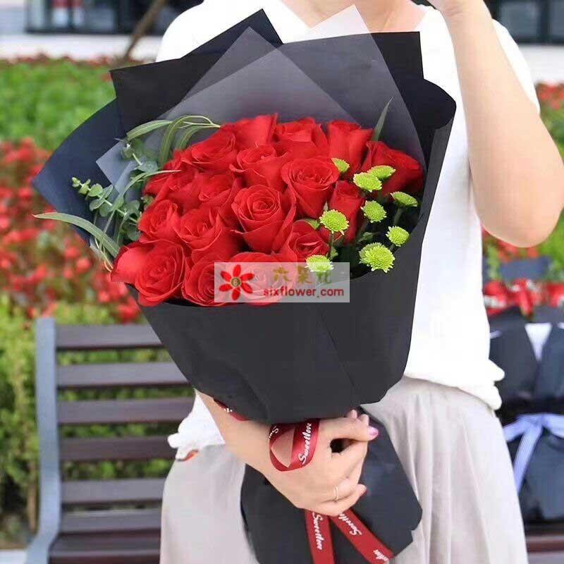 19枝红色玫瑰,小雏菊、尤加利、配叶搭配