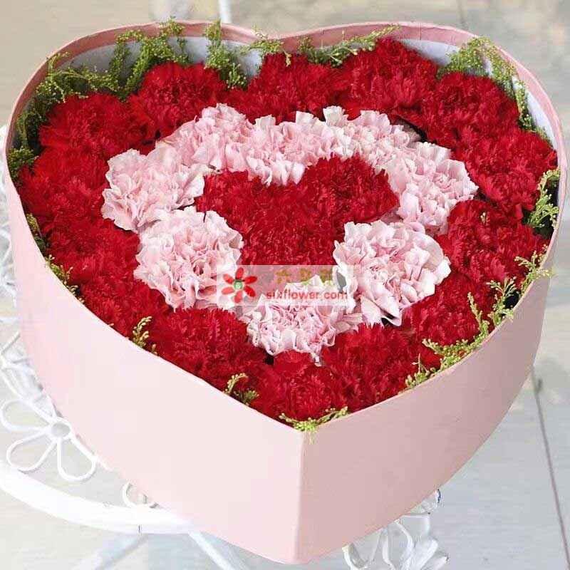 共计26枝康乃馨,其中18枝红色康乃馨,8枝粉色康乃馨(粉色红色搭配组成心形),周围黄英点缀;