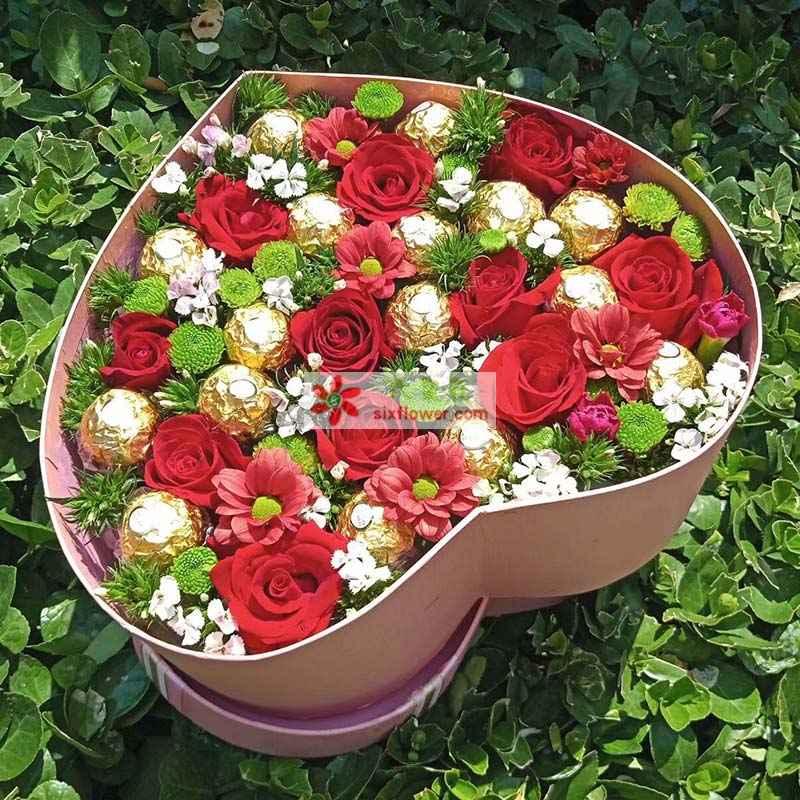 16颗巧克力,11枝红色玫瑰,6枝粉红色扶朗,相思梅、小雏菊丰满
