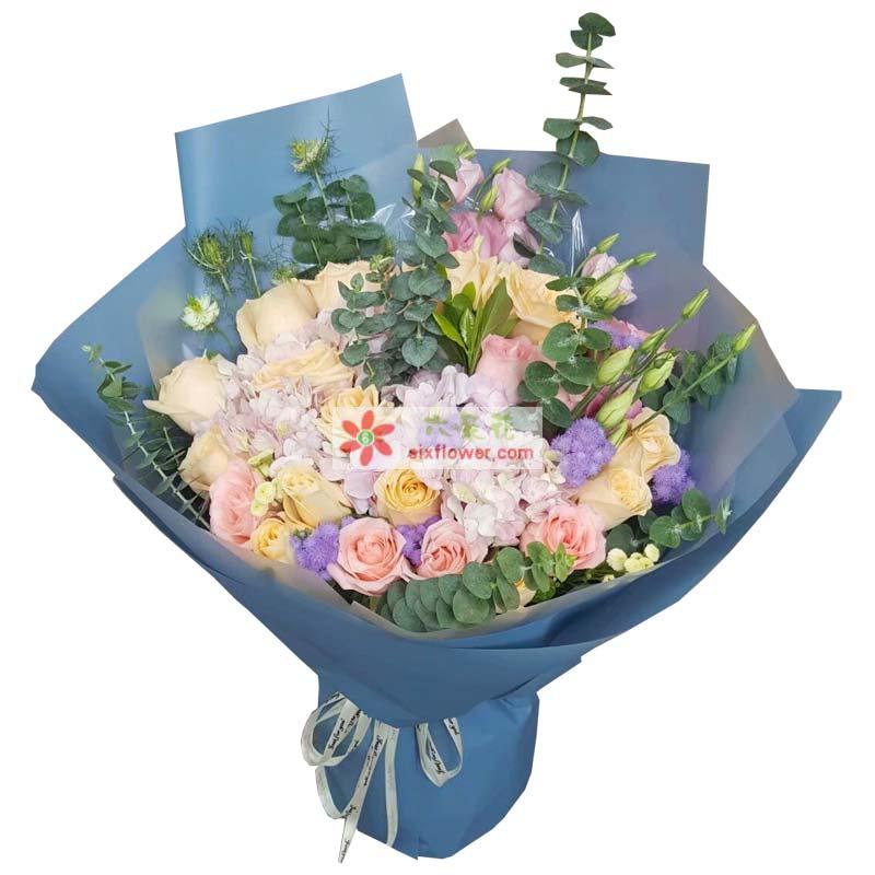 16枝香槟玫瑰,12枝戴安娜粉色玫瑰,紫色小花点缀,尤加利丰满,5枝粉色桔梗搭配