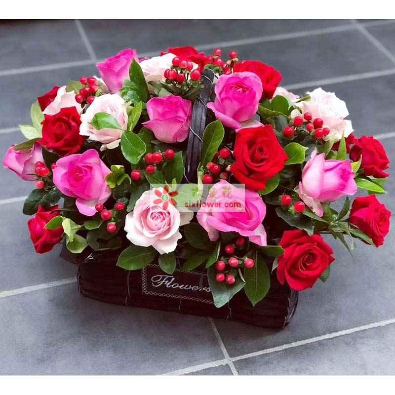 21枝玫瑰(戴安玫瑰、苏醒玫瑰、红色玫瑰),红豆(或相思梅)、栀子叶丰满