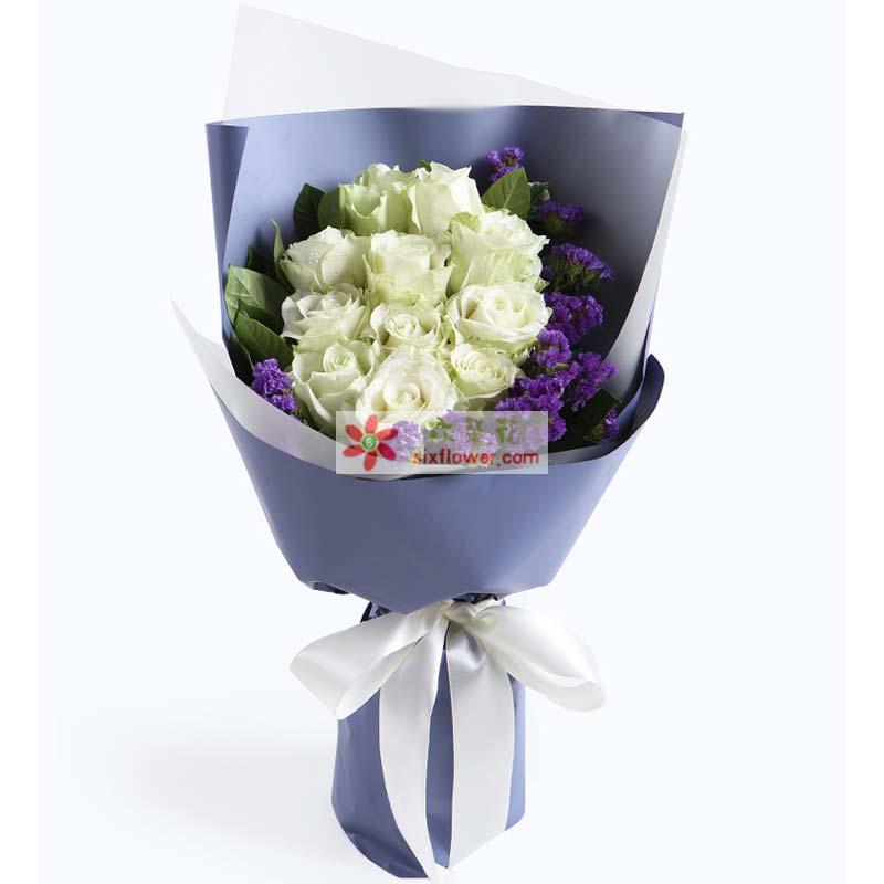 11枝白玫瑰,紫色勿忘我、栀子叶适量