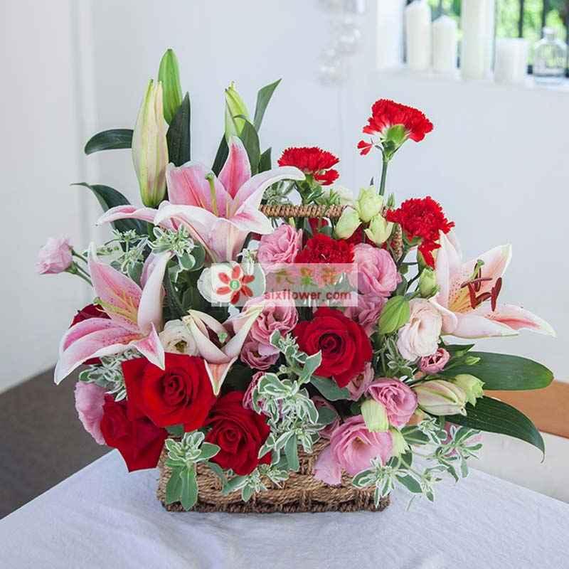 3枝粉百合、11枝红玫瑰、19枝红色康乃馨,叶上花、粉色洋桔梗搭配