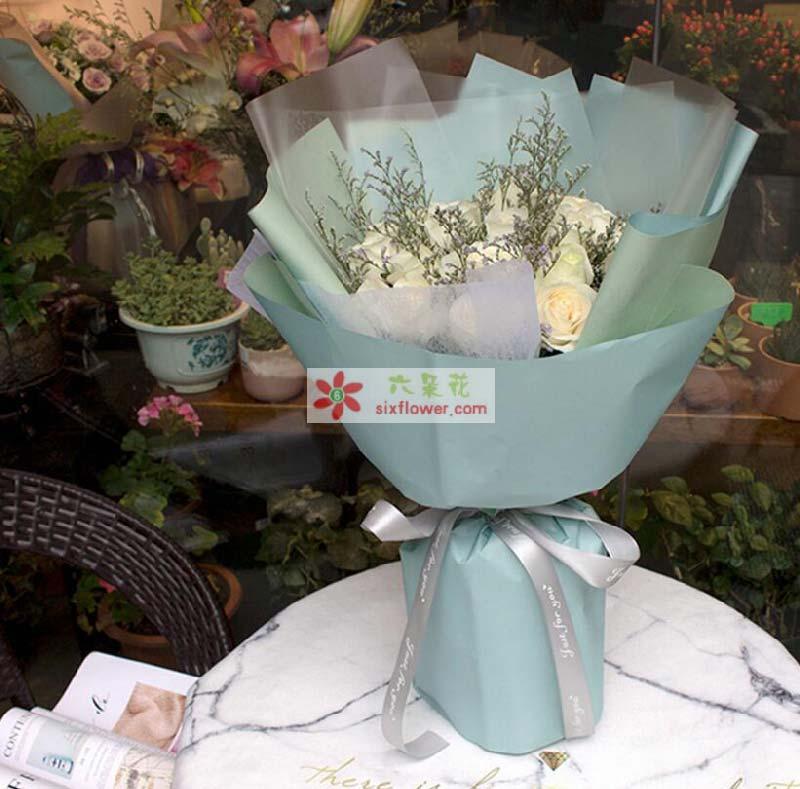 19枝白色玫瑰,情人草点缀