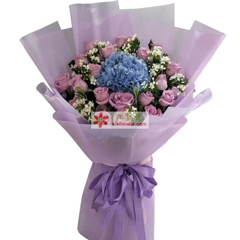 21枝紫色玫瑰,1只蓝色绣球花,相思梅点缀