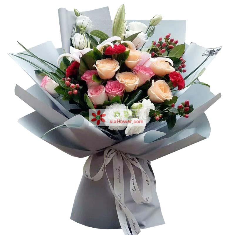 5枝香槟玫瑰,5枝苏醒玫瑰,3枝红色康乃馨,8枝桔梗,1枝多头白色百合,红豆、配叶、配草点缀;