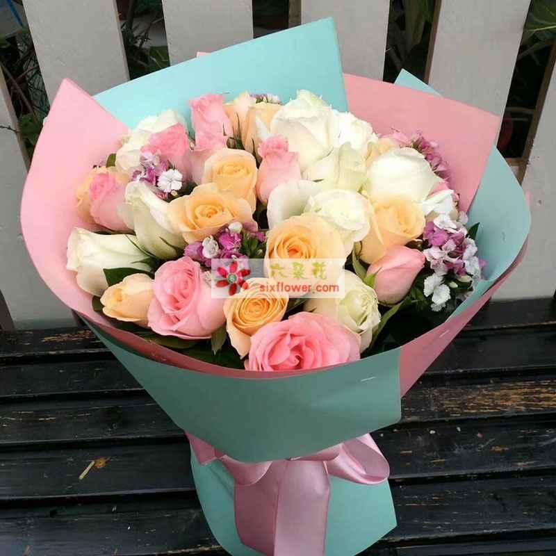 共计27枝玫瑰,其中戴安娜玫瑰9枝,香槟玫瑰9枝,白色玫瑰9枝,相思梅点缀;