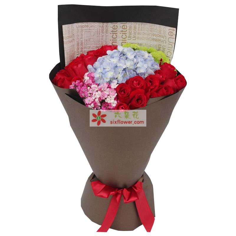21枝红玫瑰,1只蓝色绣球花,小雏菊、相思梅搭配