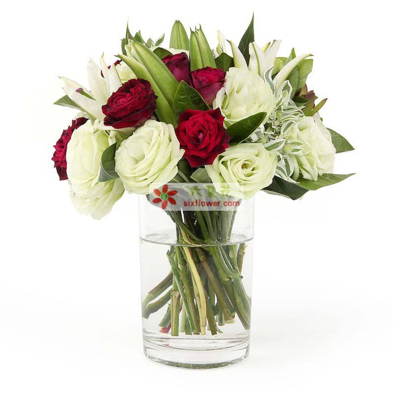 10枝白色玫瑰,9枝红色玫瑰,2枝百合,叶上花配叶