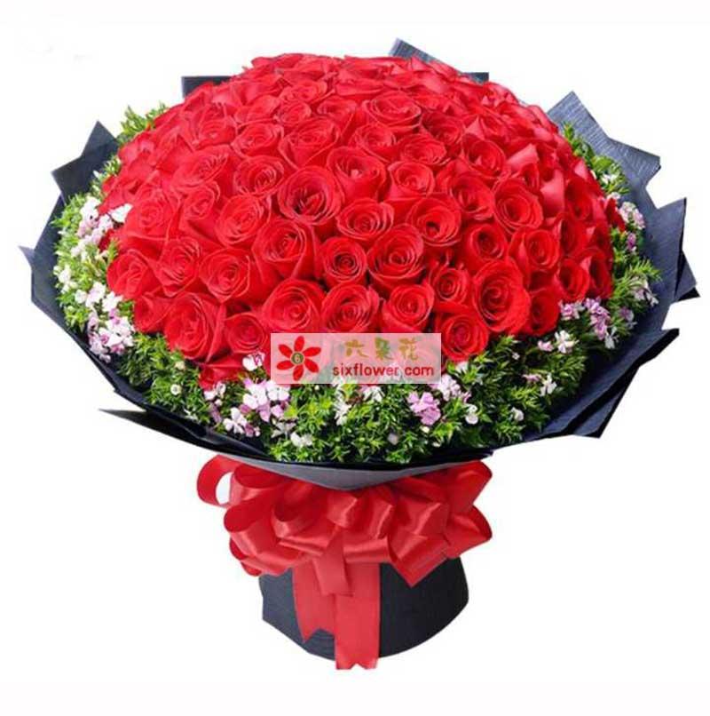 超级红玫瑰99枝,相思梅,情人草周围点缀 ;