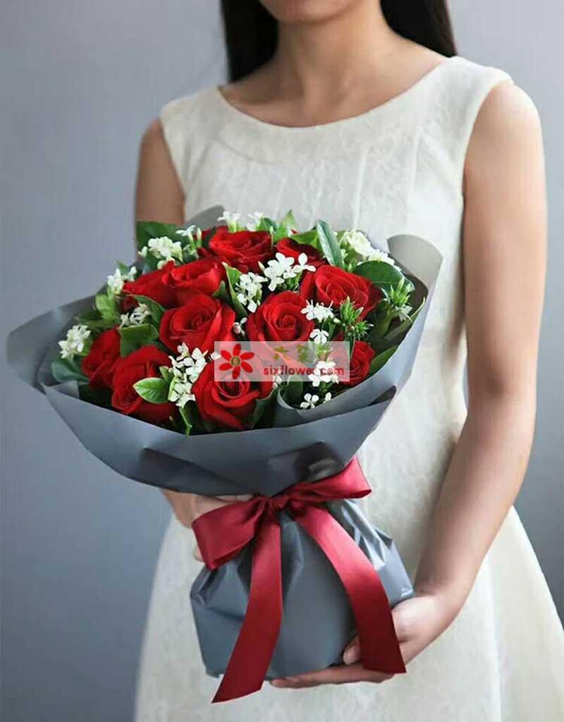 11枝红色玫瑰,相思、橛子叶点缀