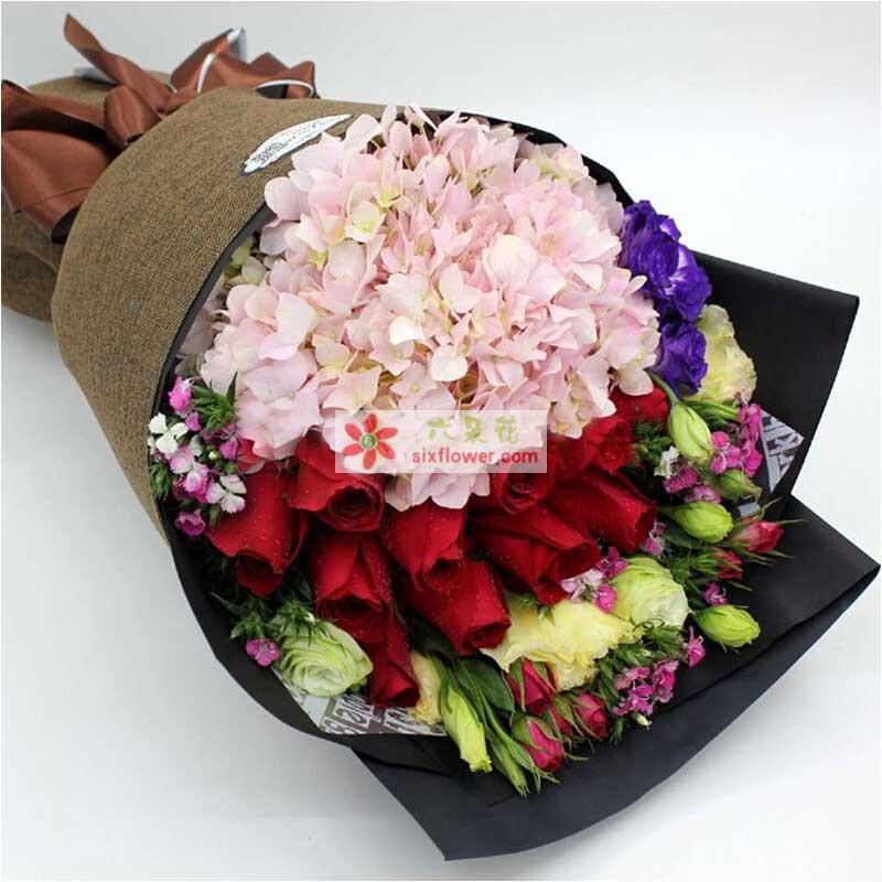 2只粉色绣球,11枝红色玫瑰,9枝桔梗,紫色勿忘我、相思梅、多头康乃馨点缀