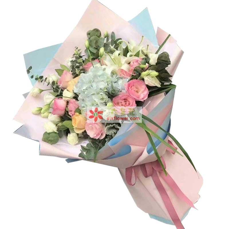 11枝粉色玫瑰,5枝香槟玫瑰,1枝多头白色百合,1枝蓝色绣球,桔梗若干,尤加利、配叶搭配