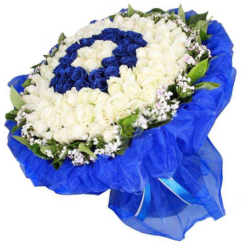 69枝白玫瑰,30枝蓝色妖姬,相思梅、栀子叶搭配