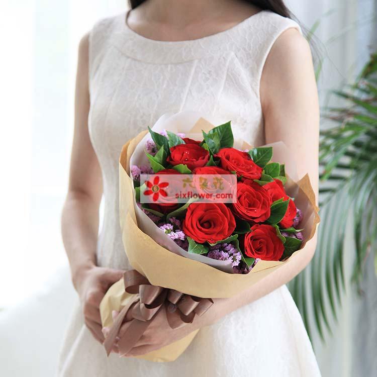 11枝红玫瑰,粉色(或者紫色)勿忘我、栀子叶适量搭配,德芙心语巧克力98克