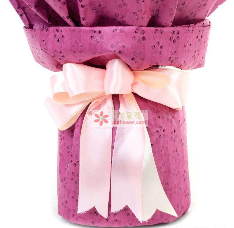 33枝粉康乃馨,搭配叶上金、相思梅