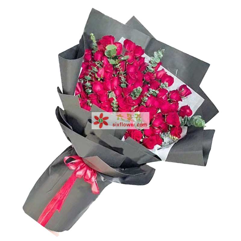 66枝红色玫瑰,尤加利点缀