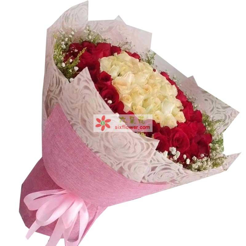 66枝红色玫瑰,33枝香槟玫瑰,周围满天星、黄英点缀
