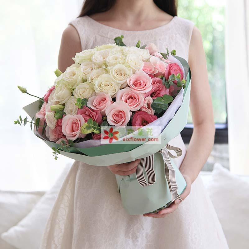 粉色白色玫瑰共36枝:白玫瑰22枝,粉佳人粉玫瑰14枝;粉色桔梗5枝,尤加利点缀